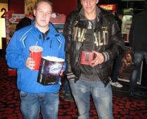 Kluci v kině a předání mobilního telefonu