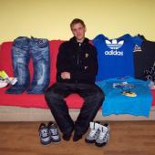 Tomáš z DD Kašperské Hory si nakoupil oblečení za peníze, které byly vybrány na Mistrovství střechařů od společnosti IKO.