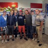 Společná fotografie ve Fanshopu s indiány. Zleva Jakub Jeřábek, Jan Kovář,  indián, Lukáš, Radek Duda, Martin Heřman a patron projektu