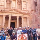 """Lukáš drží plachtu před """"Pokladnicí"""" v jordánské Petře"""