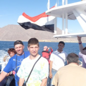 Lukáš pod egyptskou vlajkou – v pozadí pobřeží Egypt - Taba