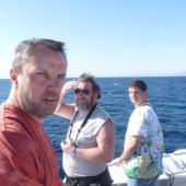 Lukáš s ředitelem prodeje První chodské Milanem Sartoriem a pokrývačem  Jardou Novákem z písecka na lodi směřující k jordánským břehům