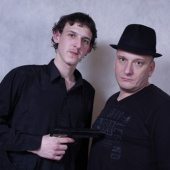 Lukáš Křivohlavý a patron projektu při focení s rekvizitami.