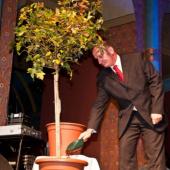 symbolické přisypání zeminy ke stromku před předáním ceny